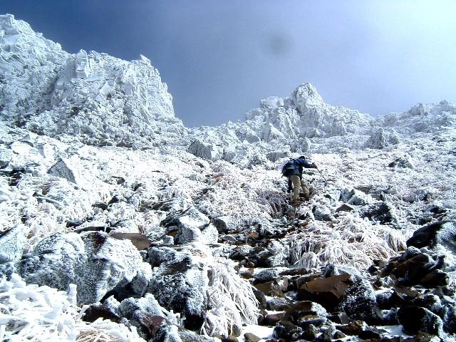 0801012鳥海山外輪山稜へ登りかえす 064a.jpg